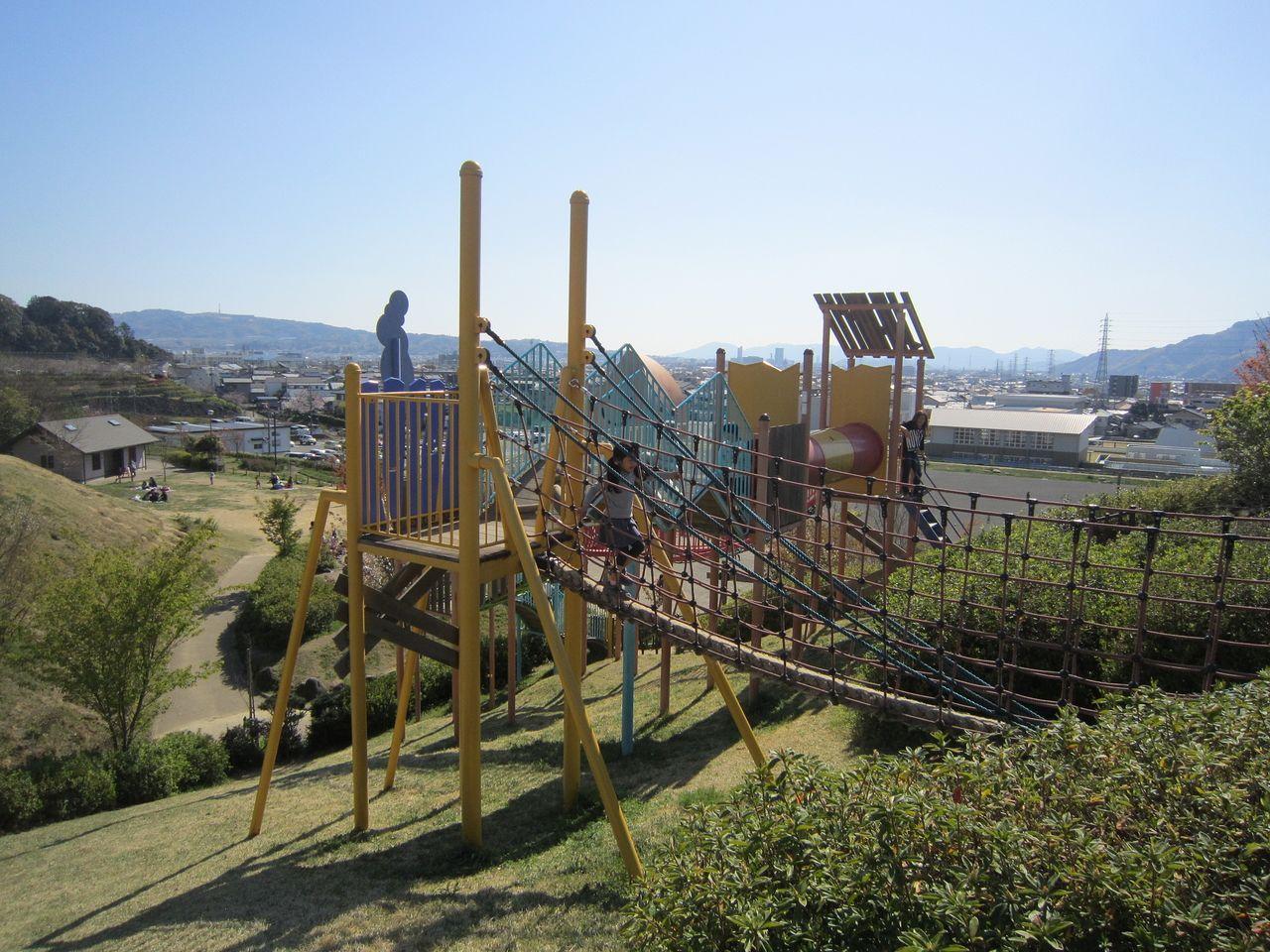 静岡市清水区にある秋葉山公園のアスレチックは大人もドキドキする本格派。