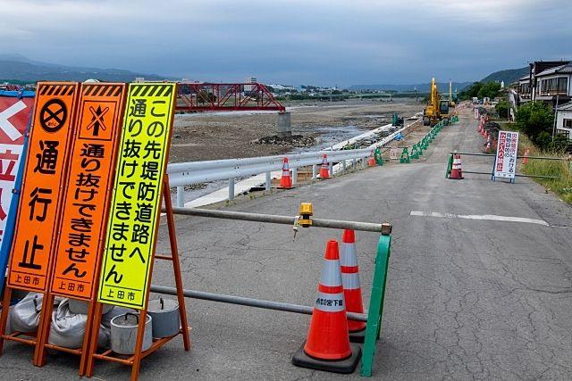 千曲川の決壊した堤防の修繕工事による通行止め