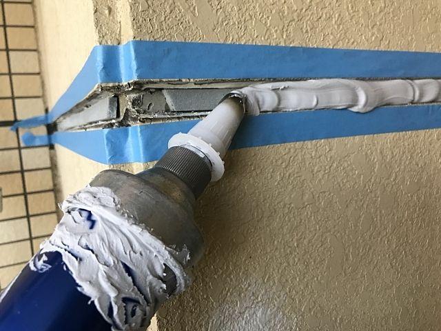 外壁を塗りなおす際にひび割れた目地を埋めるコーキング作業
