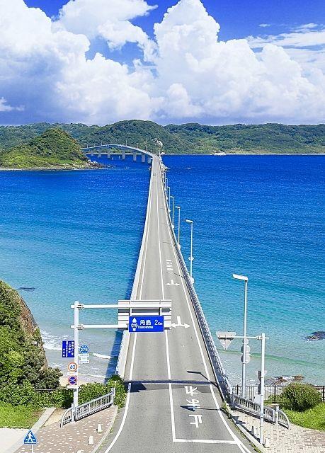 山口県の人気観光地の角島大橋は、両脇が果てしない海で、海の上をドライブしているような開放感です。