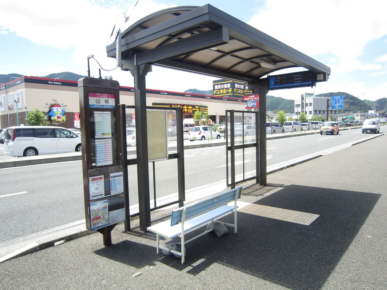 しずてつジャストラインの「山崎」停は利用者が多く、イスや屋根が完備されています。