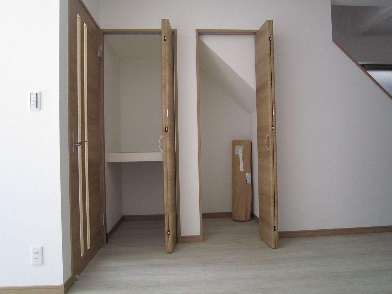 LDKに設置された階段下の収納スペースは掃除機やティッシュなどの収納で生活感を隠すのに最適。