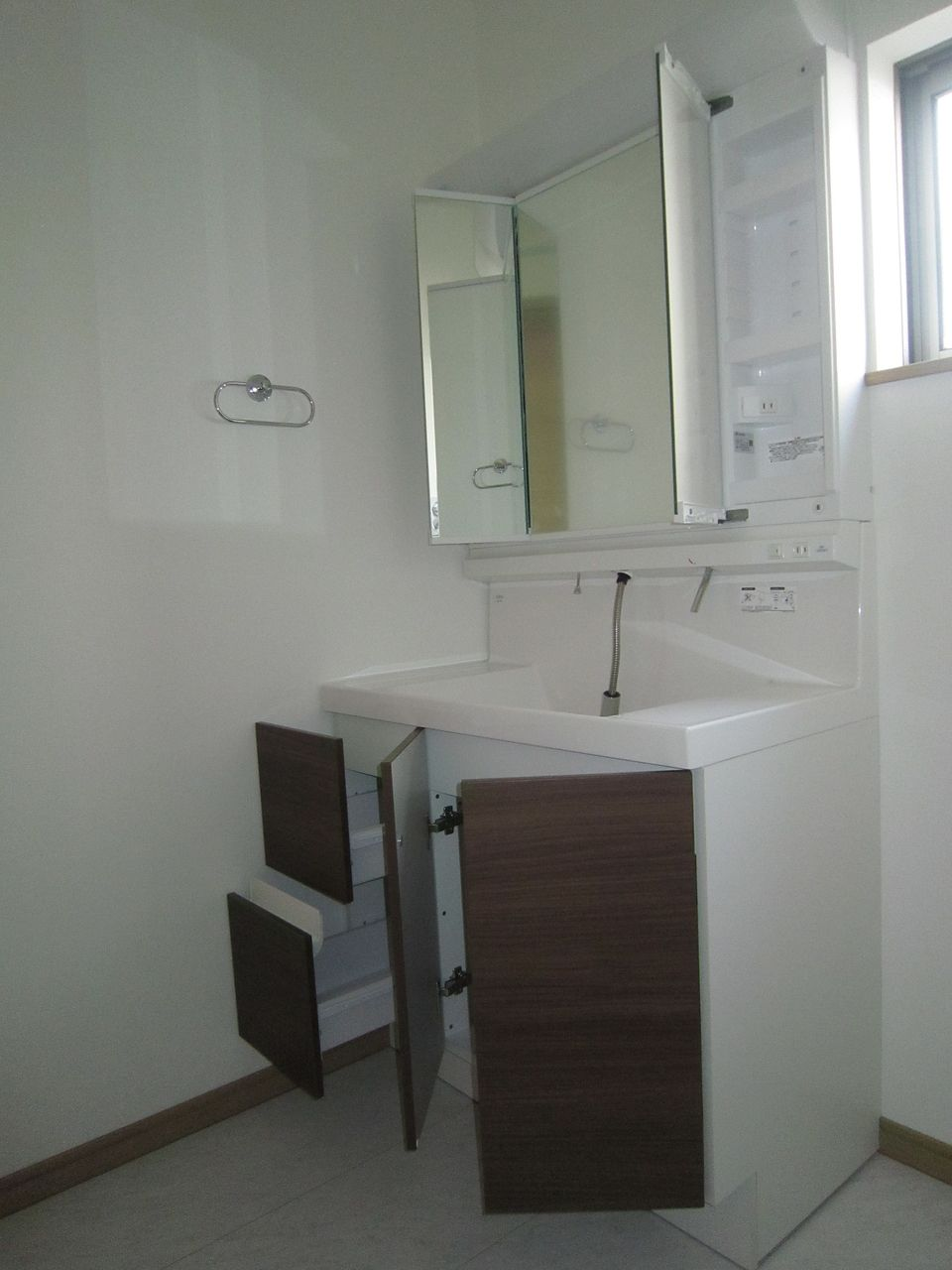 洗面化粧台は三面鏡を採用。もちろん収納スペースも十分あります。