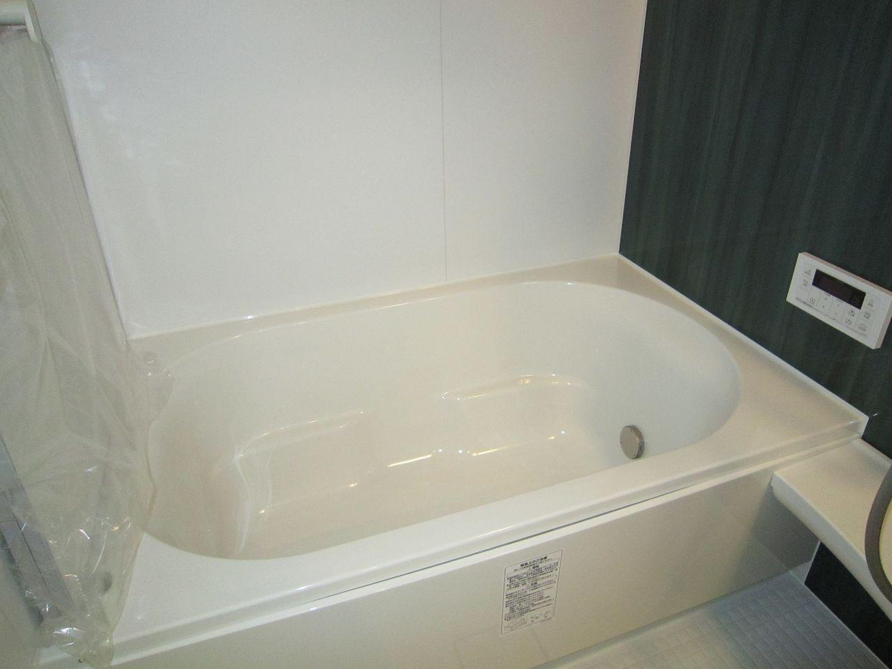 浴槽はおよそ1帖の広さ。大人がゆったり疲れるサイズです。