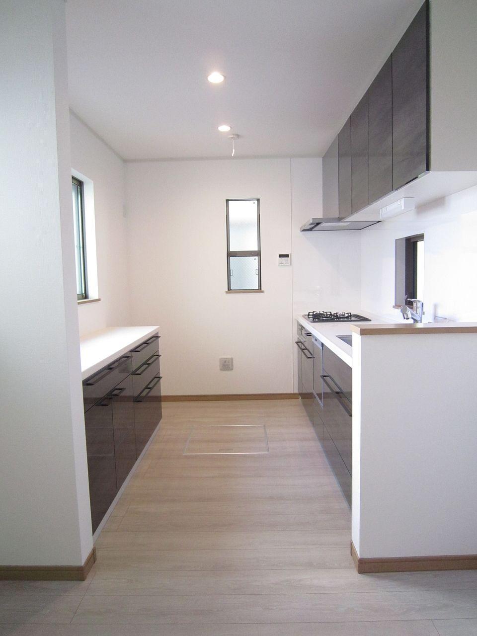 食器棚も既設で設置されたリビングはスタイリッシュで高級感ある雰囲気です。