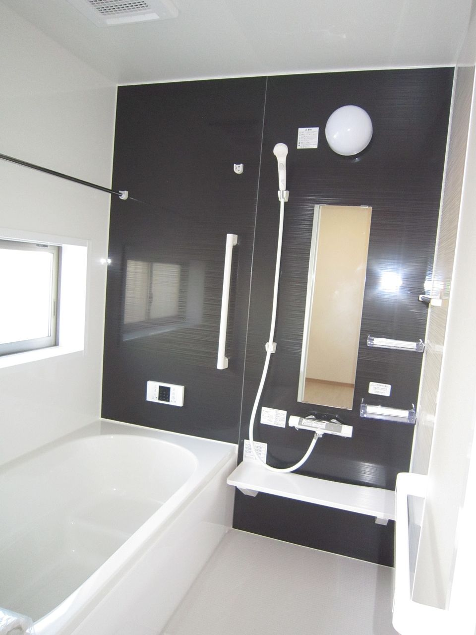 シンプルな配色のお風呂は浴室乾燥機付きで床も冷たさを感じない最新設備。