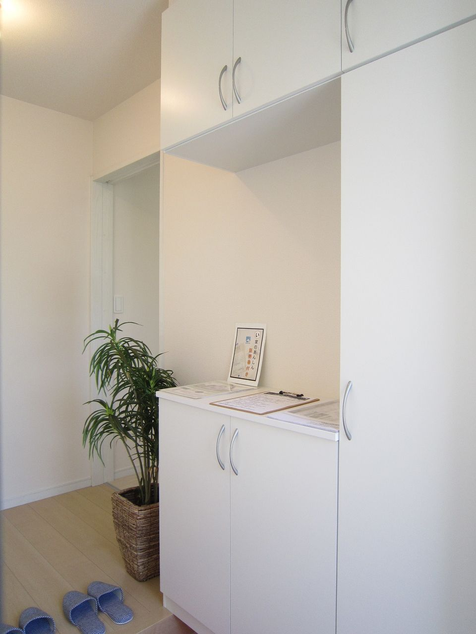 白で統一された玄関は、明るく清潔感が溢れ、お客様を迎え入れる準備万端です。